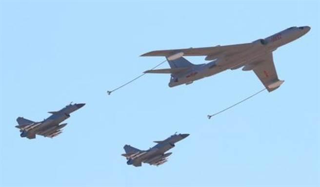 殲-10改良型殲-10C戰機在中國建軍90周年閱兵上首度公開亮相,圖為轟油-6加油機與兩架殲-10C組成的加受油機梯隊。(圖/央視截圖)