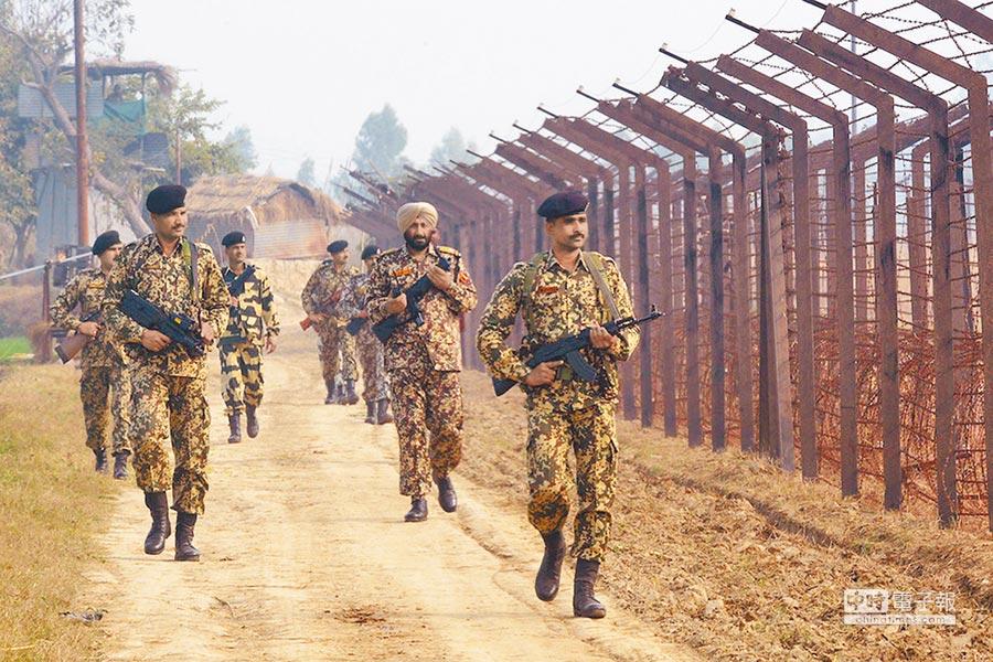 印度邊防軍士兵在邊境地區巡邏。(取自人民網)