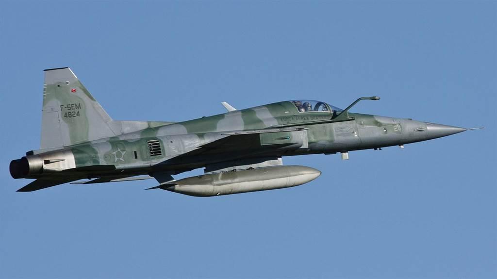 巴西空軍的F-5EM,加裝了機背預警天線和空中加油管。(圖/rhk111)