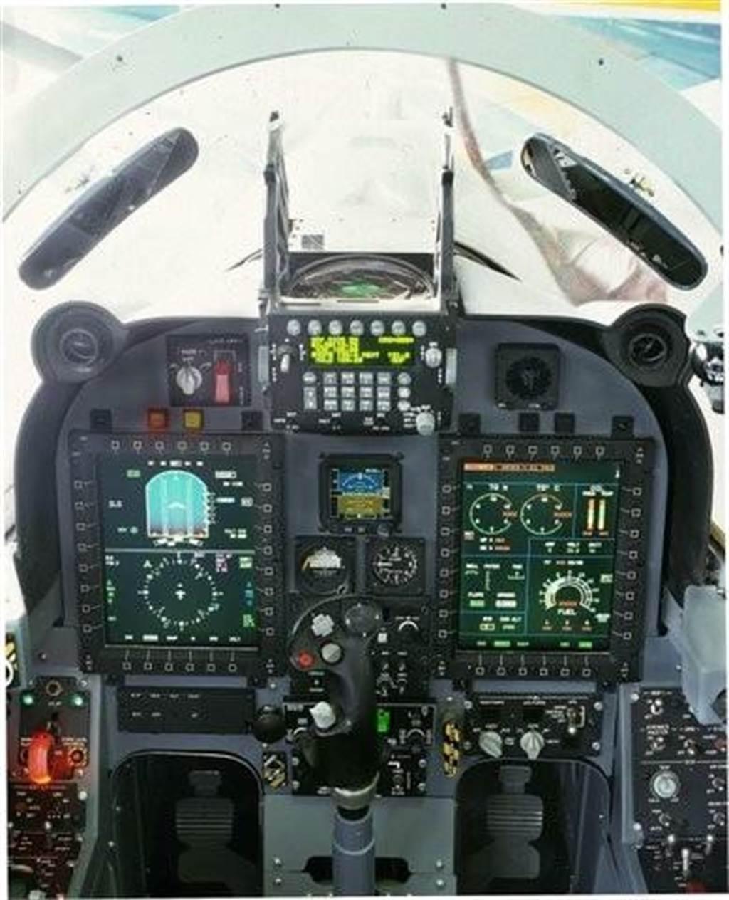 F-5E在座艙升級後的樣子,有抬頭顯示器,和2具多功能顯示器,使飛行員可以更容易的駕駛。(圖/網路)