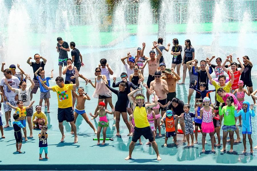 童玩節推水中有氧課,讓遊客可在水迷宮盡情搖擺。(李忠一攝)