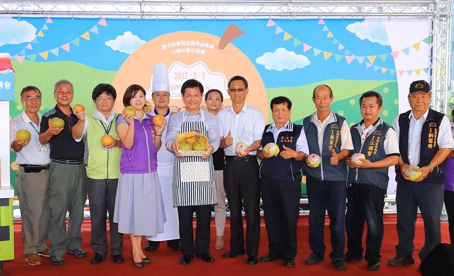 「看見東勢梨」系列行銷活動記者會,3日在台灣大道市政大樓舉辦!邀請民眾到草悟道品嚐在地鮮果。(陳世宗攝)