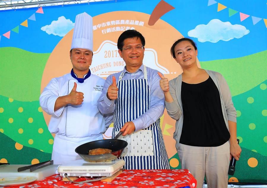 台中市長林佳龍(中)親自示範做水梨創意料理。(陳世宗攝)