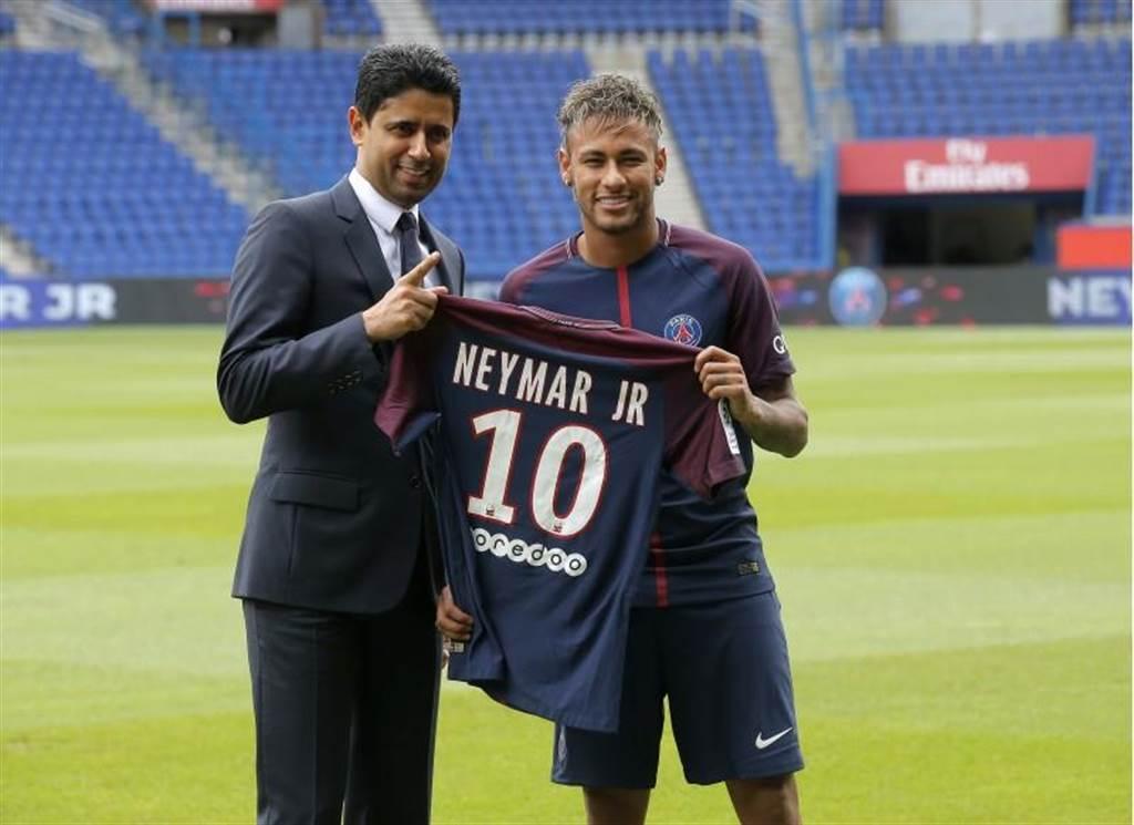 巴西隊長內馬(右)天價轉會巴黎聖日耳曼,於巴黎王子球場召開記者會,並從球隊主席手中接過10號球衣。(美聯社資料照)