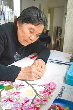 陸8旬奶奶展天賦 畫出梵谷風格