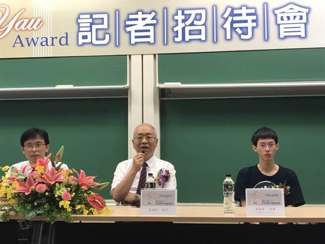 中研院院士丘成桐(中)表示,雖對政府願意出錢投資、培養高等教育人才感到歡迎,但由政府控制資源並不妥當。(圖/鄭郁蓁)