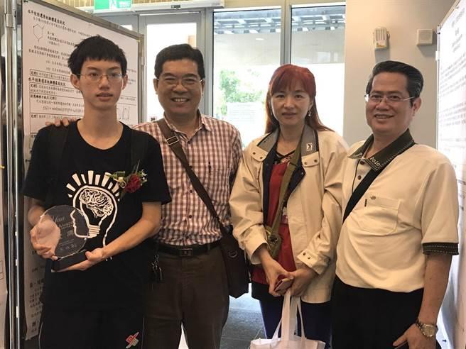 台中第一高級中學黃維坪(左一)從小就喜歡算數學,父母也很支持(右一、右二)。鄭郁蓁/攝影