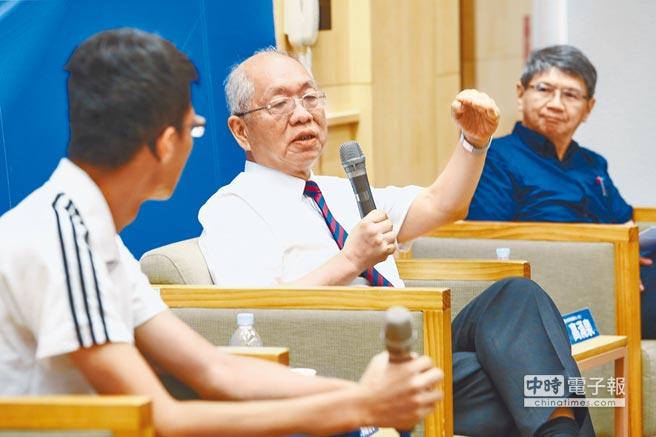 由《中國時報》與台灣大學系統共同舉辦成功之母講座,3日邀中央研究院院士丘成桐(中)主講「數學史與數學教育-數學的不敗真經」,演講及座談由台大科學教育發展中心主任高涌泉(右)主持。(鄧博仁攝)