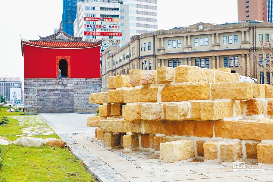 台北市北門廣場3日完工啟用,為讓民眾親身體驗城牆構築匠藝,特別結合古蹟專家及匠師仿製一小段真實尺寸的城牆牆基,讓民眾可以近距離感受台北城的歷史風華。(黃世麒攝)