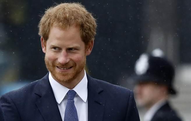 英國哈利王子2016年10月20日出席倫敦都會區警察局紀念儀式的神情。(圖/美聯社)