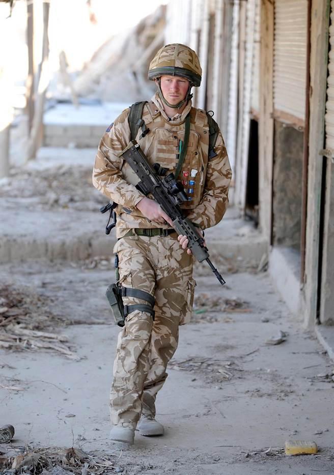 對哈利王子來說,從軍是他這輩子最好的逃避,因為在軍中,他只是「哈利」,圖為他2008年6月2日在阿富汗執行任務的畫面。(圖/美聯社)
