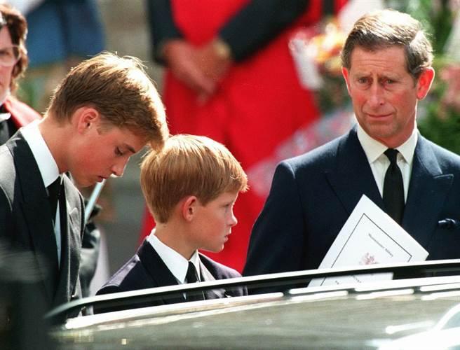 哈利王子12歲時,母親戴安娜王妃因在巴黎發生車禍猝逝,成為他心中永遠的痛,圖為英國王儲查爾斯(右)1997年9月6日帶著長子威廉(左)與次子哈利(中),在倫敦西敏寺教堂前準備準備隨著戴妃的靈柩行進。(圖/美聯社)