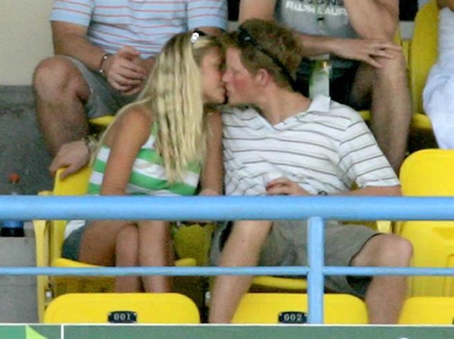 哈利王子與富家女德薇交往了7年, 2007年他與德薇感情正濃,圖為他觀賞2007年世界盃板賽英格蘭對澳洲的賽事時,忍不住親吻德薇。(圖/美聯社)