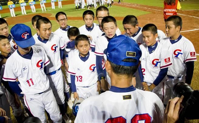 U12世界少棒隊,中華隊屈居亞軍賽後哭成一片。(周鎮宇攝)