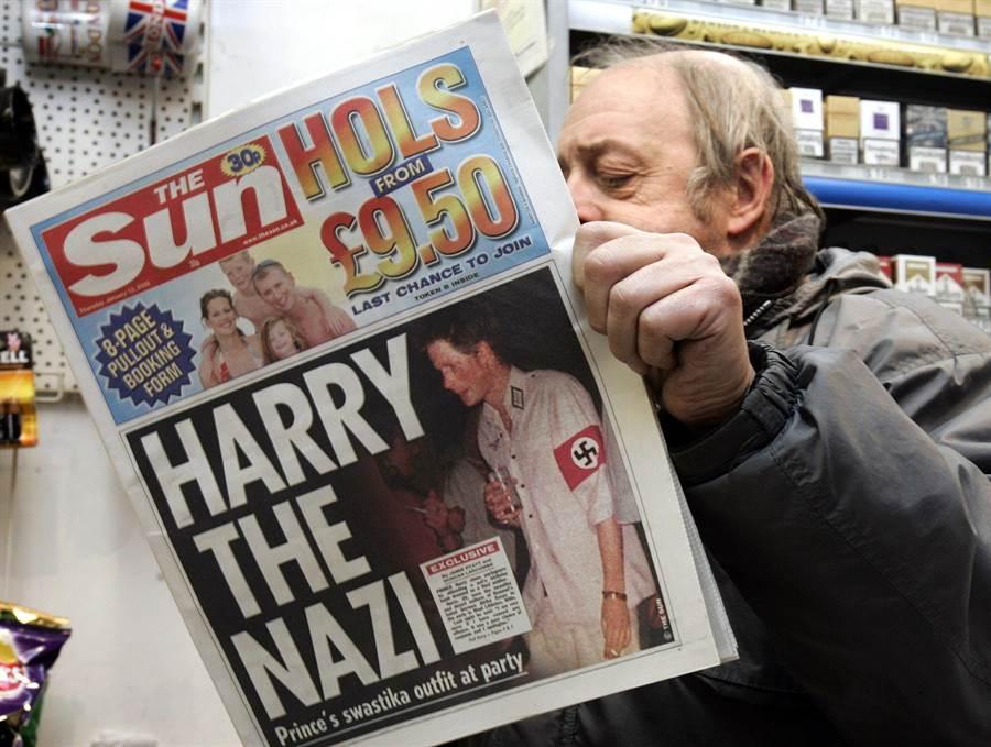 哈利王子2005年放浪形骸,穿著納粹軍裝參加化妝舞會,經《太陽報》(The Sun)等媒體大肆報導,引起舉世譁然,後來哈利以道歉收場。(圖/美聯社)