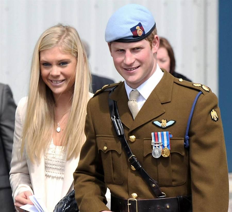 哈利王子2010年5月7日身穿戎裝,出席高級直升機訓練課程結業式後,與當時的女友德薇公開亮相。(圖/英國國防部/美聯社)