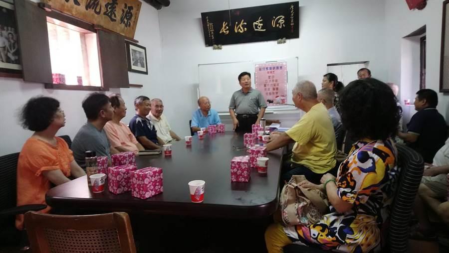 台中市府客委會為復育詔安腔,今天在張廖家廟開班授課。(盧金足翻攝)