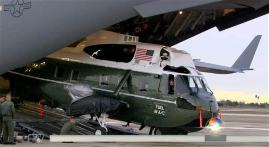 美國總統經常出訪,在出訪期間,他的私人直升機也會跟著帶出國,所以陸戰隊一號必須能夠折疊,快速的裝入C-5運輸機裡,並快速的恢復使用。圖為舊一代的陸戰隊一號,VH-3海王直升機。(圖/美國空軍)