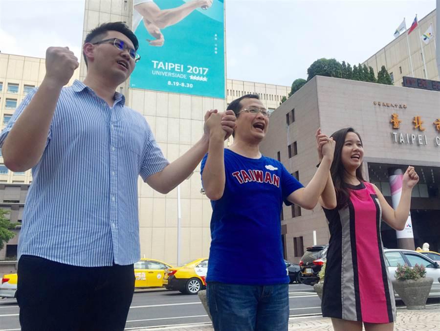 宣布三階段投入台北市長選舉的前總統府副秘書長羅智強(中)6日公布競選團隊兩位年輕發言人蔣豐懋(左)和黎毓(右),盼借重他們的創意活力打造新氣象。中央社記者劉麗榮攝 106年8月6日