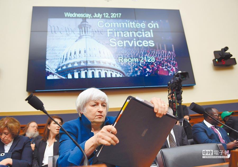 2017年7月12日,美联储主席叶伦(前)说可能今年开始执行「缩表」计画。(新华社)