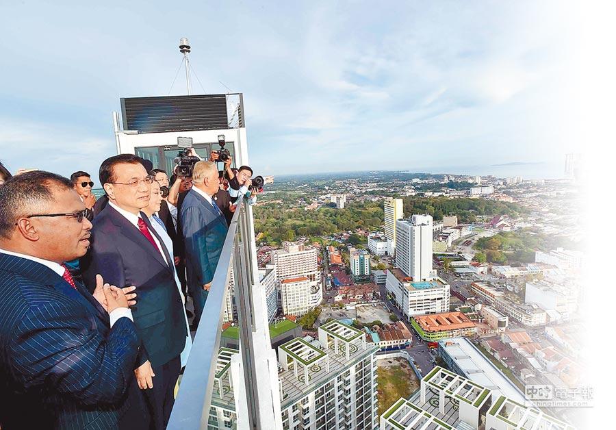 2015年11月22日,国务院总理李克强(前排左2)访问马来西亚,眺望麻六甲海峡。(新华社)
