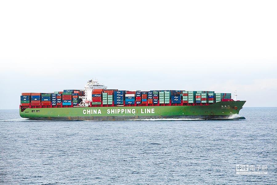 大陆货柜船航行在麻六甲海峡水域。(中新社资料照片)