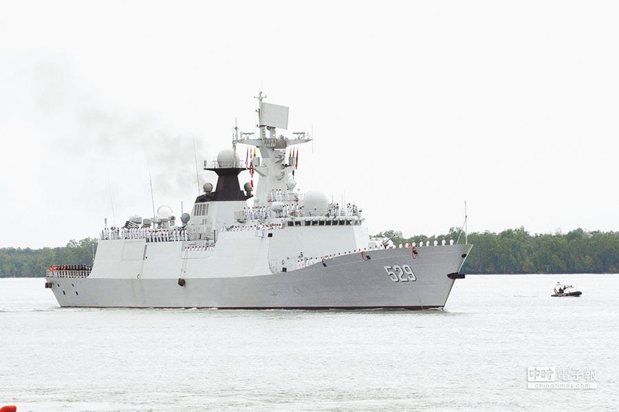 2016年10月7日,中国海军护航编队访问马来西亚,舟山舰缓缓向巴生港靠岸。(新华社)
