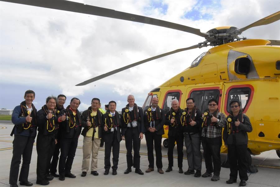彰化縣長魏明谷和董事長搭乘直升機實地觀察風場。(彰化縣政府提供)
