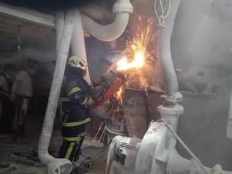桃園移工受困攪拌槽 消防隊員馳援