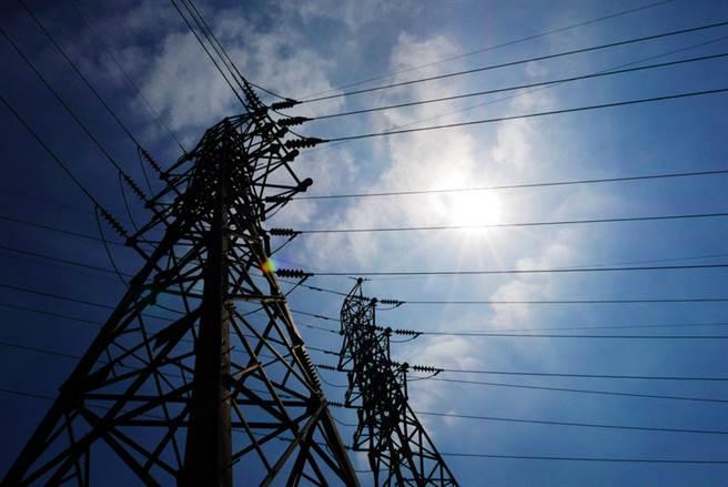 中央氣象局表示,8日西南風影響,中南部地區及澎湖有局部短暫陣雨或雷雨,白天氣溫偏高,北部及基隆地區將有攝氏37度左右高溫發生的機率。台電預測8至11日電力供需均亮限電警戒紅燈,距限電準備黑燈僅一步之遙。中央社記者孫仲達攝  106年8月8日
