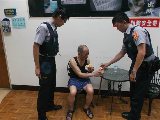 龍潭警分局員警巡邏時發現1名老翁獨自站在路邊,疑似精神狀況不佳,用巡邏車載回派出所,並提供餐點。(賴佑維翻攝)
