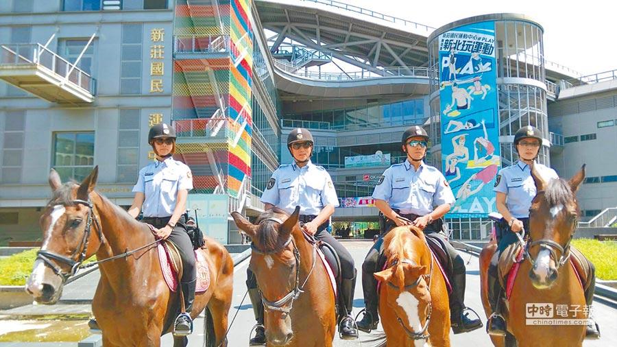新北市騎警隊巡邏世大運賽事場館,包括新莊棒球場、新莊國民運動中心和新莊體育館。(新北市政府警察局提供)