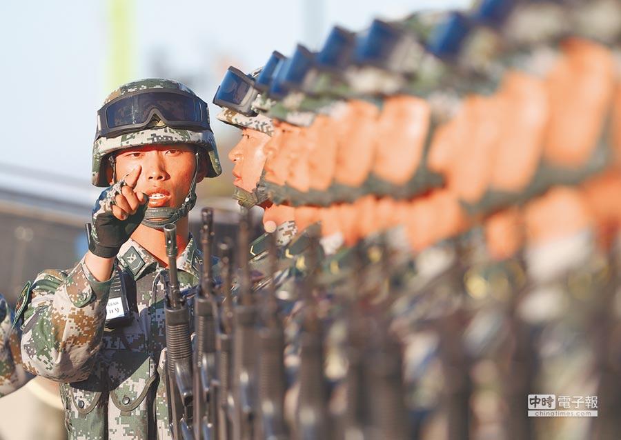 圖為7月30日中共解放軍受閱部隊在進行準備。(新華社)