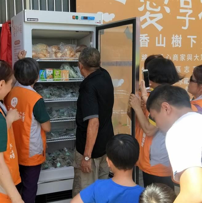 新竹市政府9日在香山區樹下社區成立第4個愛享冰箱的據點,讓社區居民分享食物分享愛。(陳育賢攝)
