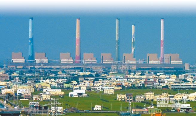 為推動非核,台電規畫蓋10座電廠接替,屆時可多出671萬瓩火力發電,估計每年將增加180萬噸空汙量。圖為台中火力發電廠導致地方飽受空汙之苦。(本報資料照片)