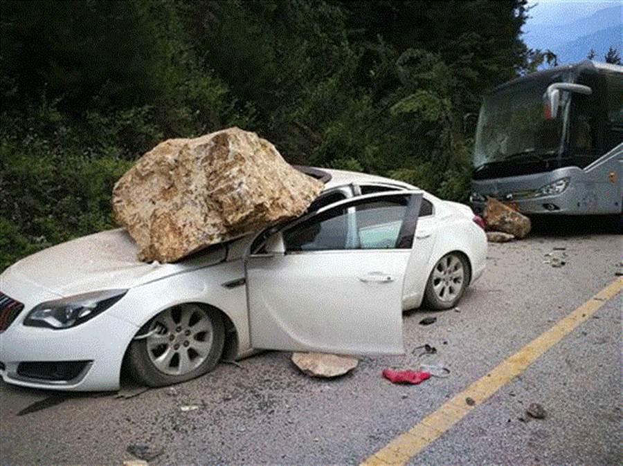 武漢一對夫妻遭落石砸死車內,爸爸死前急打破車窗推出小孩。(圖/翻攝自環球網)