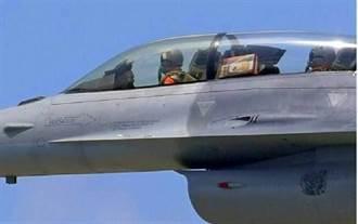 F-16載麻糬 網友:與軍事迷互動