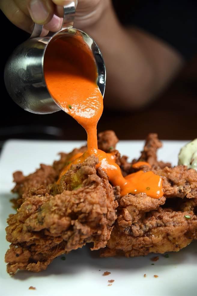 享用〈美國阿嬤祕方炸雞〉可以淋上主廚特製的霹靂辣椒醬,品味辣食的快感。(圖/姚舜攝)