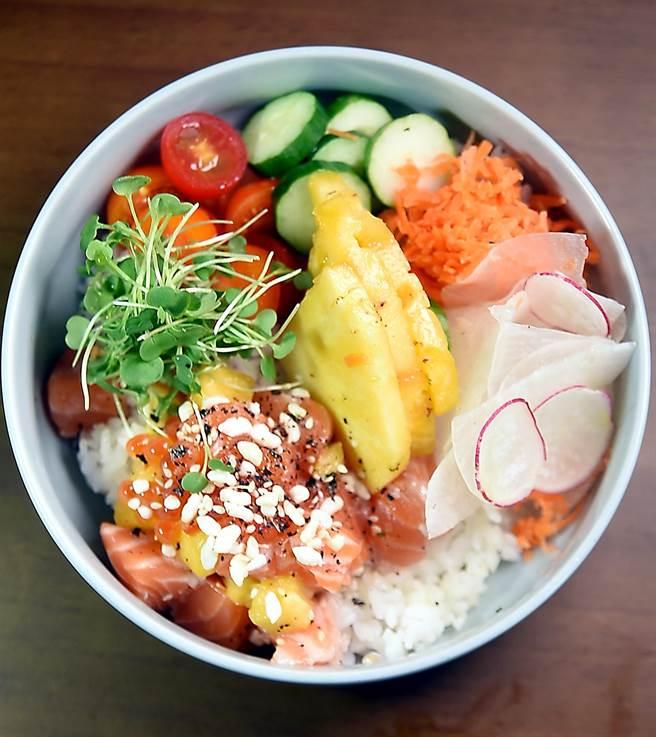 〈夏威夷鮭魚寶可夢〉是「美國式丼飯」,除了鮭魚和鮪魚外,並有櫻桃蘿蔔、苦瓜、番茄、胡蘿蔔絲與鳳梨搭配,炎夏酷暑吃來很清爽。(圖/姚舜攝)