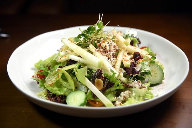 〈摩洛哥高纖沙拉〉是近年在地中海及中東很夯的超級沙拉,內有小麥粒、紅藜麥、櫻桃蕃茄、小黃瓜、青蘋果、薄荷、巴西里、蔓越莓、杏仁、南瓜子、菲達起士、綜合萵苣,並用蘋果油醋調味。(圖/姚舜攝)