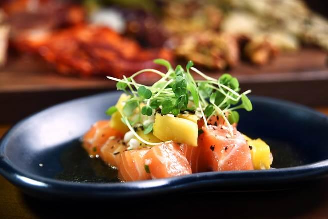 搭配酪梨、 薑味萊姆油醋呈現的「鮪魚酷多」,是道加州風味「美食」。(圖/姚舜攝)