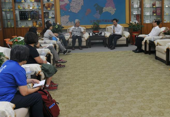 陳福海縣長(中右)與反賭聯盟代表溝通,允諾至少召開10場說明會。(李金生攝)