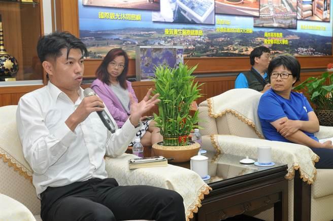 台灣私教工會理事王宏男(左)表示,研究指出離島開放賭場,將有450萬名來自台灣賭客,也會產生7.7萬名賭癮患者。(李金生攝)
