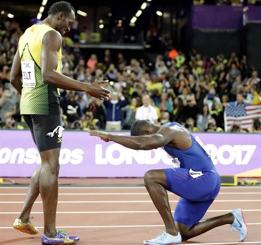 2017倫敦世錦賽百米決賽,美國名將蓋特林(右)獲勝後,在跑道上向將退役的波特(左)下跪致意。(美聯社)
