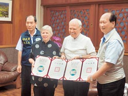 護童48年 美國夫婦領到身分證