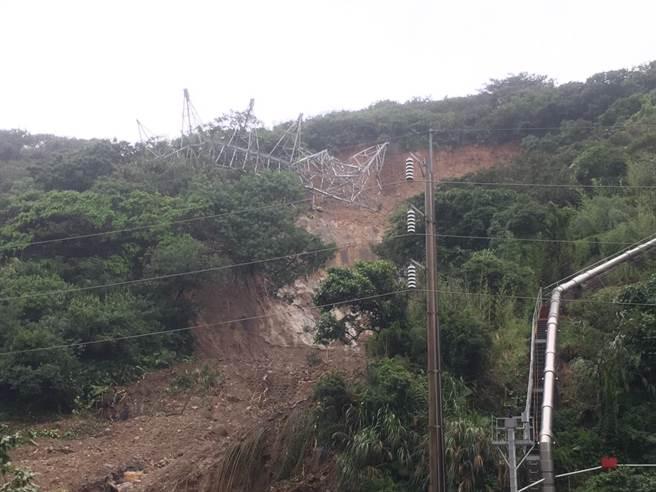 今年6月2日超大豪雨造成核一廠輸電鐵塔倒塌,令民眾憂心核一廠一期乾貯設施的安全性。(王揚傑翻攝)