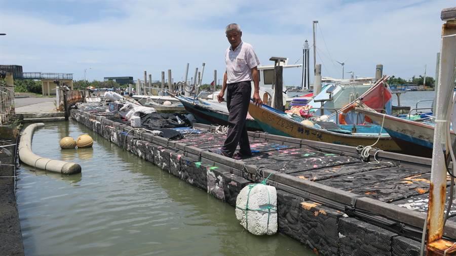 漁民施守進指出,漁港西側道路到了晚上因路燈損壞不亮,漆黑一片,漁民從岸邊走上浮動碼頭、上漁船作業,都得摸黑。