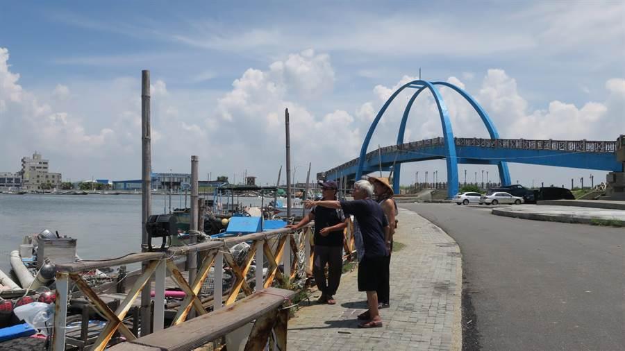 王功漁港西側海堤內的港區道路,10餘盞路燈近1年不亮,漁民抱怨都得在夜間摸黑作業。(謝瓊雲攝)
