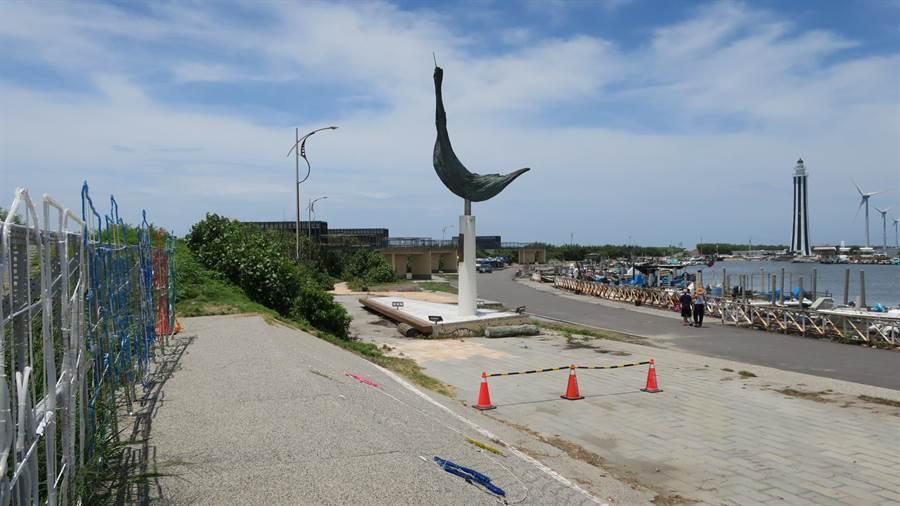 王功漁港西側海堤內的港區道路,10餘盞路燈近1年不亮,漁民抱怨都得在夜間摸黑作業來長期都不亮,唯一個公共藝術「起飛」下方探照燈四月間也壞了。(謝瓊雲攝)