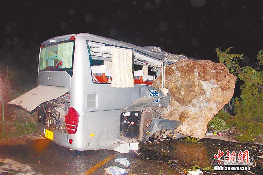 巨石砸爛遊覽車。(取自中新網)